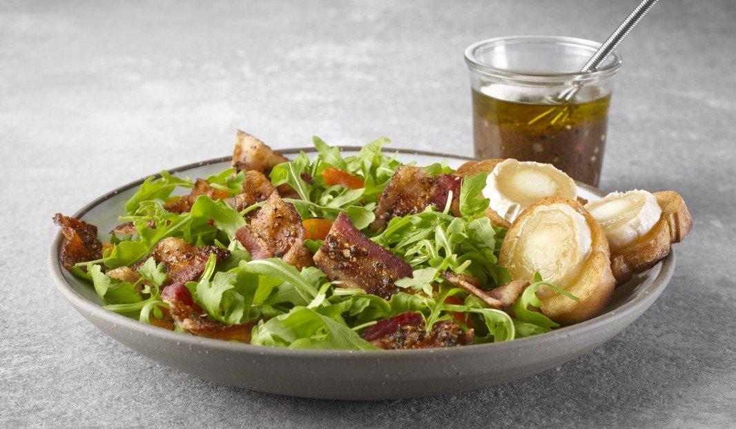 Salade de roquette et bacon poivré, vinaigrette balsamique et croutons de chèvre