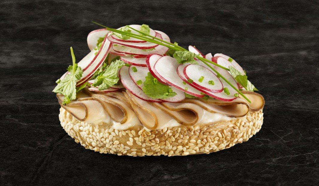 Tartine dindon et salade radis, citron et ciboulette