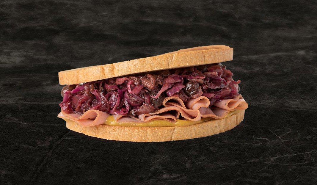 Sandwich jambon fumé et chou braisé au bacon