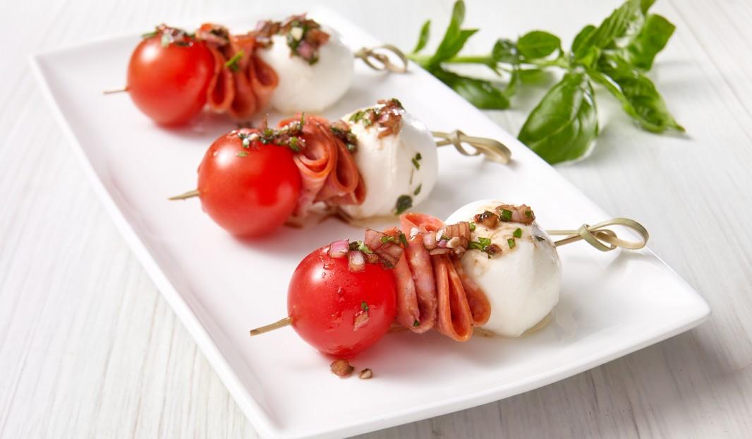 Mini brochettes caprese au pepperoni amor olymel inspirez vous - Brochettes aperitives sans cuisson ...