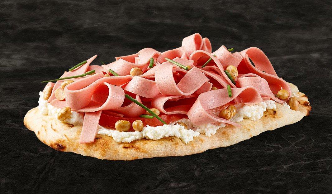 Pizza fresca, tomate, bologne et ricotta