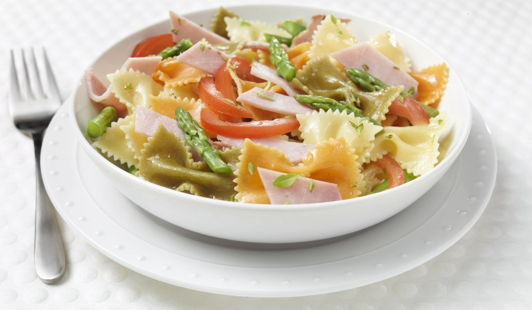 Three-colour vegetable pasta with ham