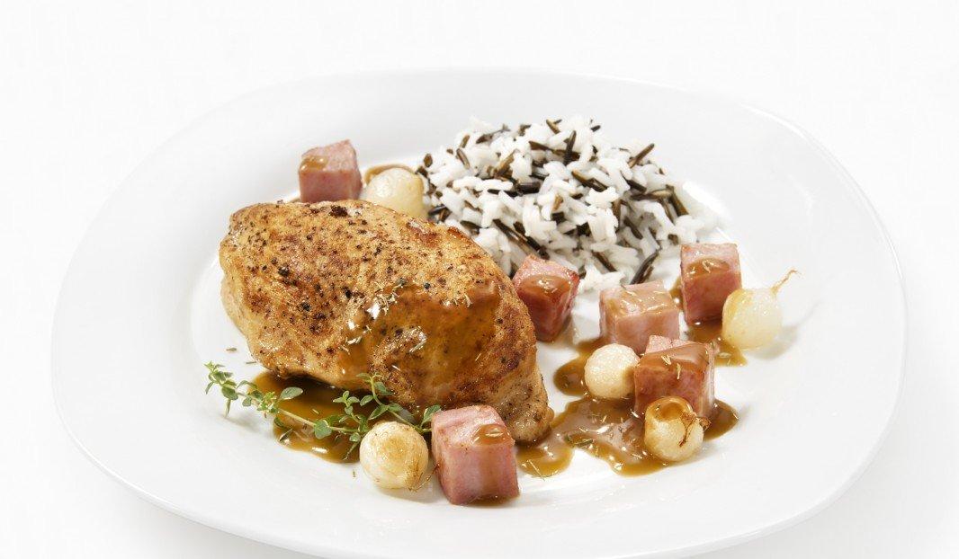 Poitrine de poulet et poêlée de jambon aux oignons