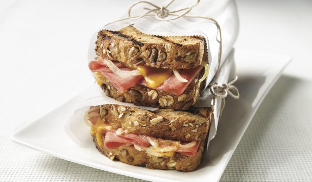 Sandwich grillé au bologne et cheddar fondant