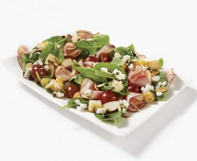 Salade d'épinards au jambon Forêt noire, raisins rouges et fromage de chèvre
