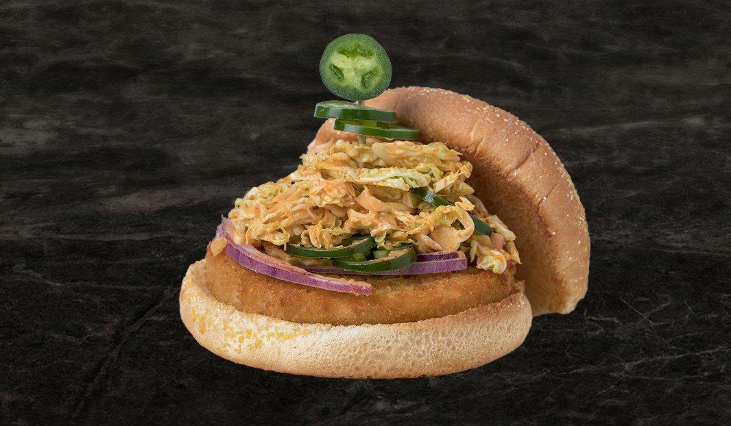 Burger au poulet croustillant, salade de chou épicée