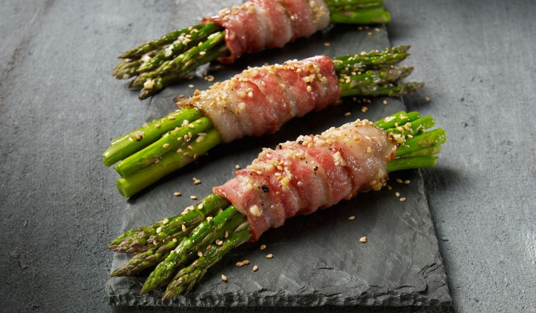 Roasted asparagus with bacon and sesame