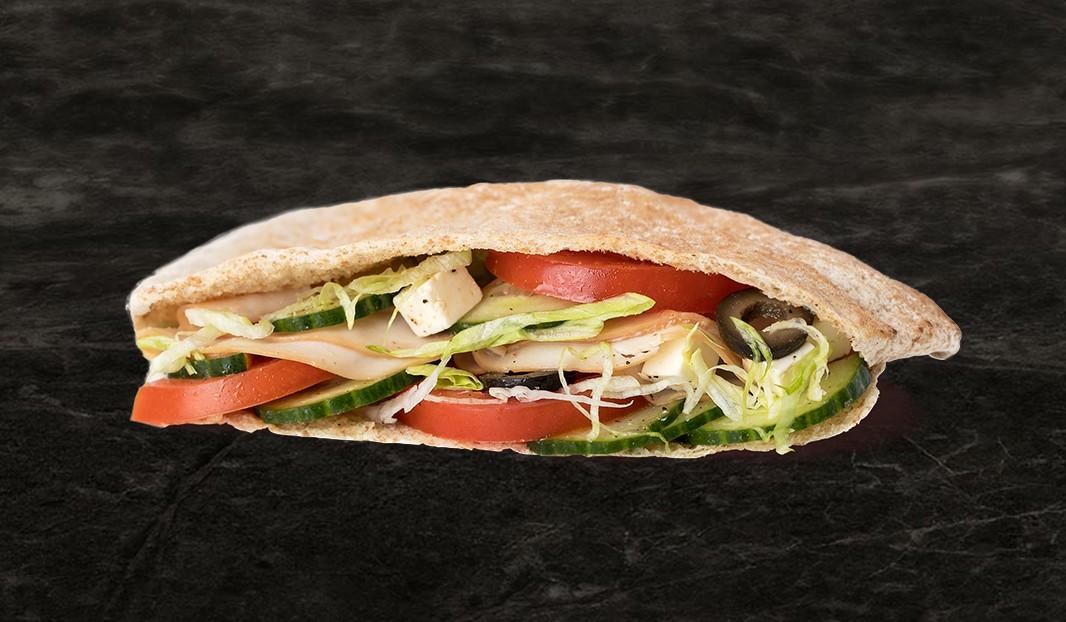 Pita farci, salade grecque au poulet fumé