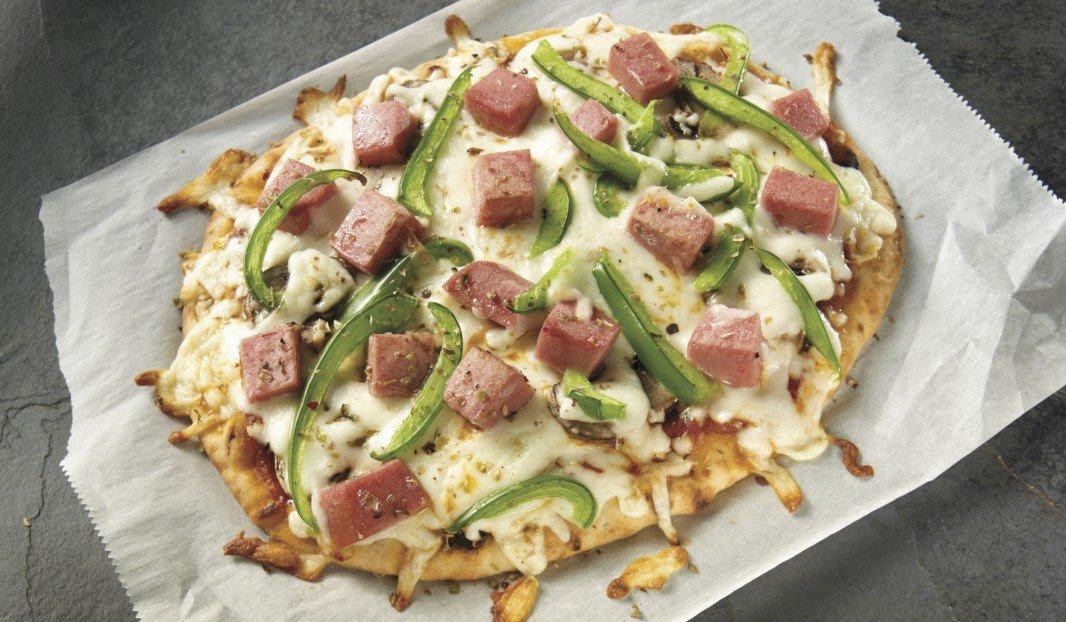 Pizza toute garnie au bologne sur pain plat