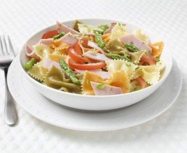 Three-colour vegetable pasta with ham