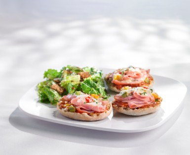 Mini-pizzas with black forest smoked ham and grilled bell peppers