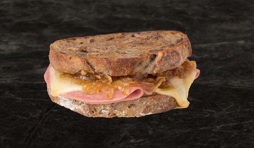 Grilled cheese au salami et confiture d'oignon à l'érable