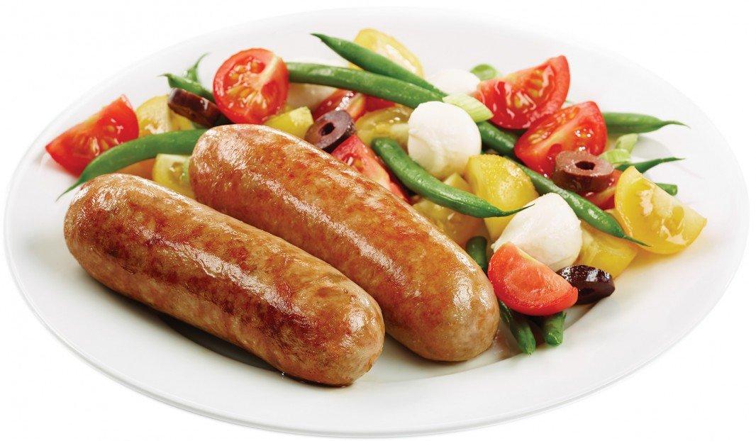 Saucisses Italiennes douces avec salade de légumes et de minibocconcini