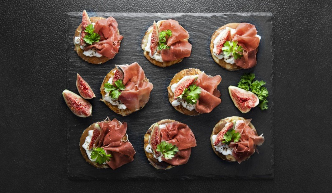 Blinis au fromage cottage, figues et jambon Serrano