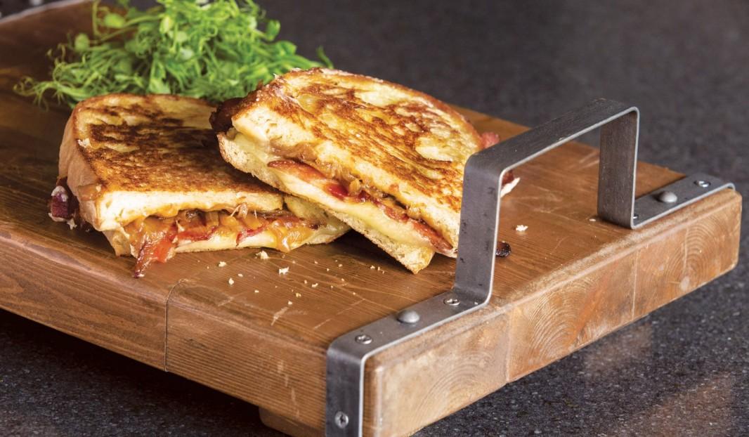 « Grilled cheese », bacon, oignons caramélisés et gouda fumé