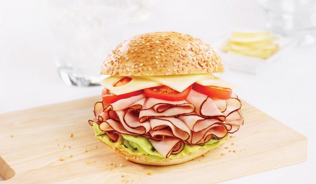 Kaiser au jambon fumé Forêt Noire avec mayonnaise à l'italienne
