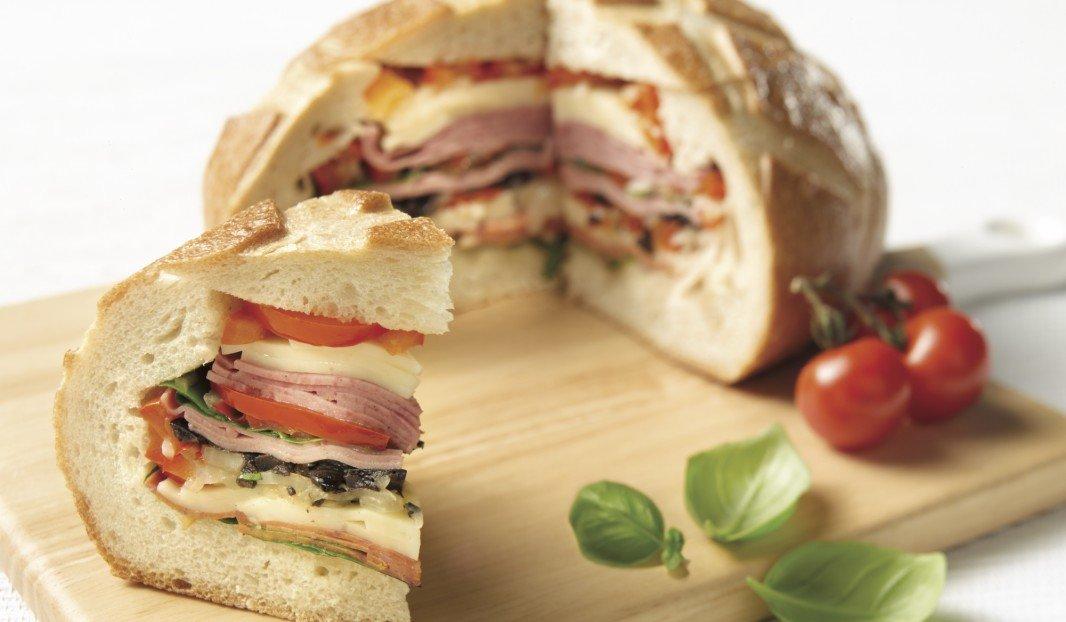 Sandwich Muffuletta au bologne, salami et pepperoni