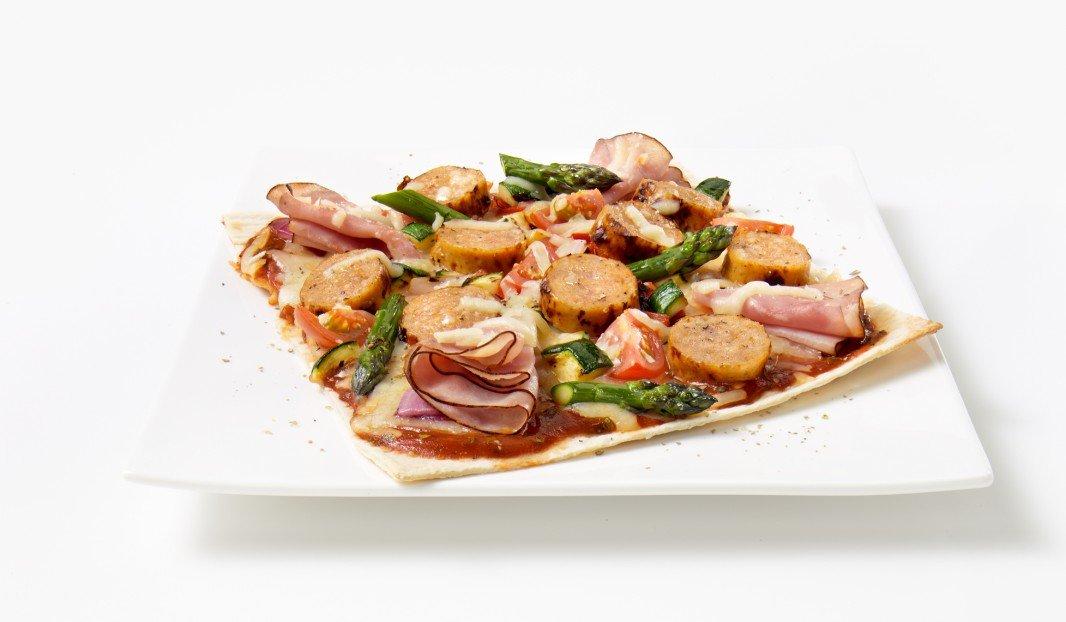 Pizza à la saucisse Toulouse douce, jambon fumé et légumes grillés