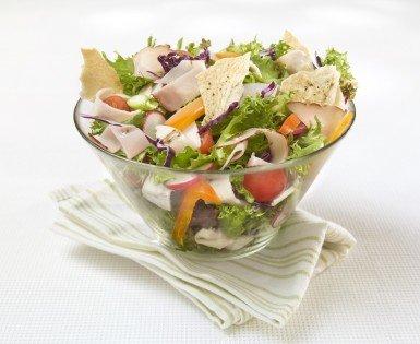 Salade aux légumes et charcuteries