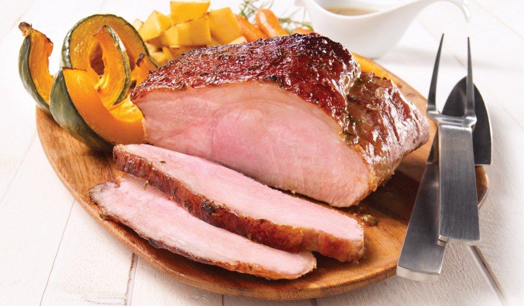 Longe de porc rôtie et glacée à l'érable, moutarde et romarin